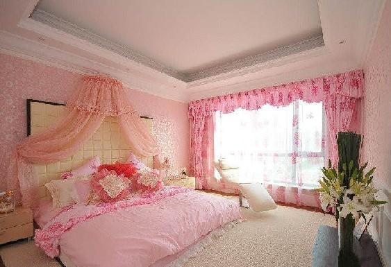 床头背景墙上一副古老的欧式画作在点缀床头背景墙的